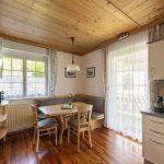 Gemütliche Wohnküche der Wohnung Kaminfeuer