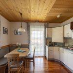 Einblick in die Wohnküche der Wohnung Kaminfeuer