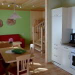 Großzügige Wohnküche mit gemütlichem Sofa -Ferienwohnung Morgenrot