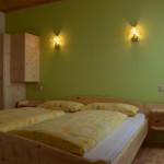 Ruhige und entspannte Nächte im Doppelbettzimmer der Ferienwohnung Kirschenblüte bei Familie Perhofer