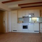 Großzügige Wohnküche mit gemütlichen Sofa